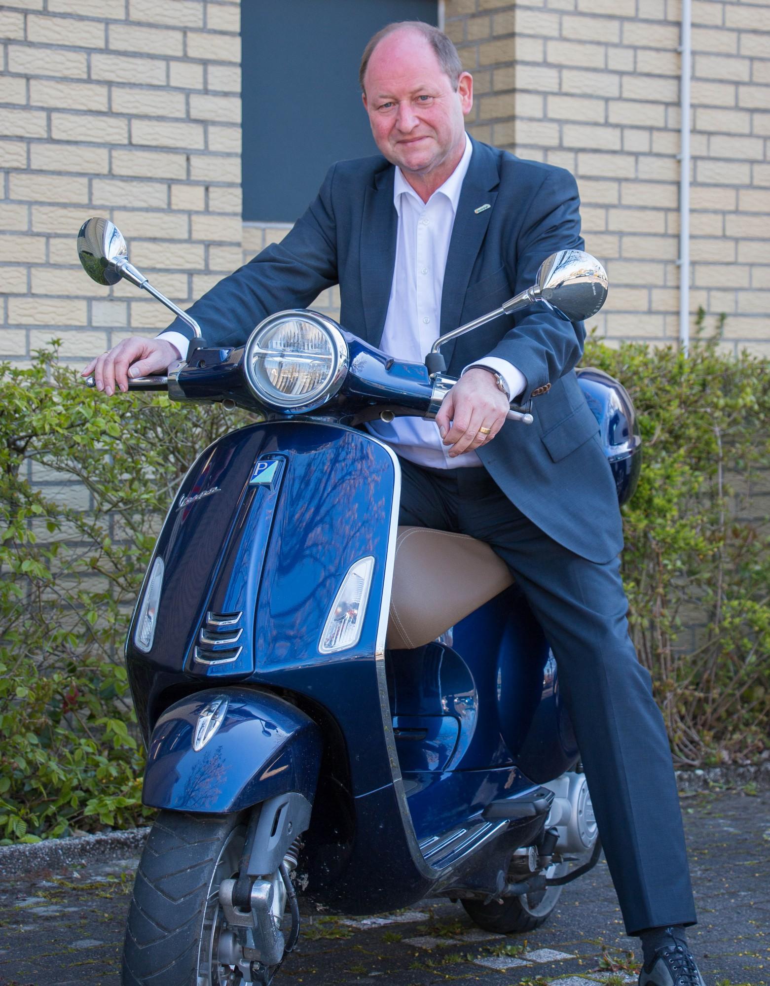 Mit der Vespa fährt Rainer Busemann nicht nur  gern ins Rathaus,  sondern  auch zu Terminen innerhalb  der Gemeinde.